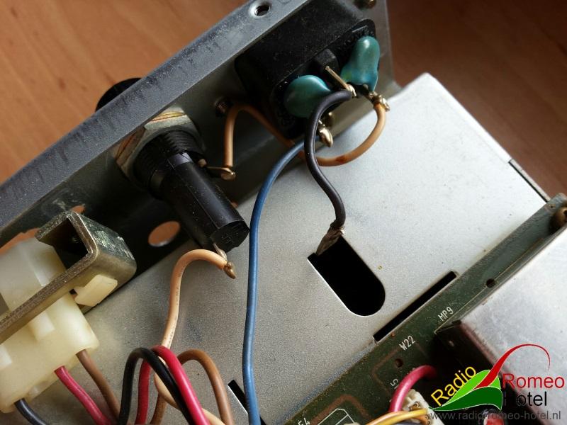 Hier is de R7100 open, zicht op de zekering