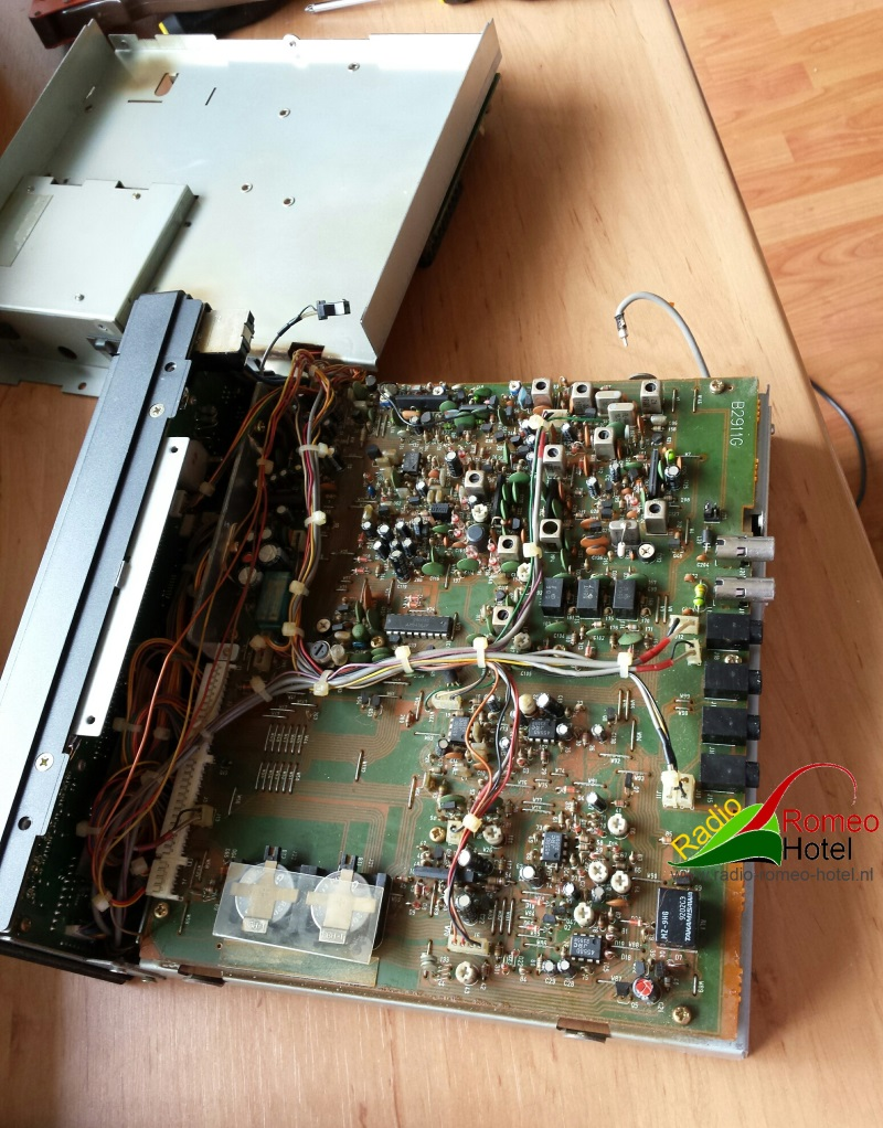 Hier ligt de R-7100 nog meer open, zicht op de print