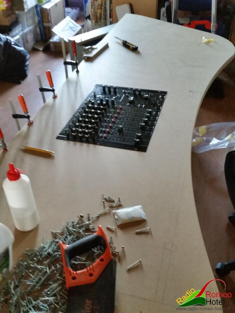 En zie hier, deel meubel, met de Behringer 2000 USB DJ mixer er in.