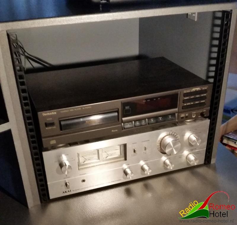 Rechter bovenkast met versterker en cd-speler